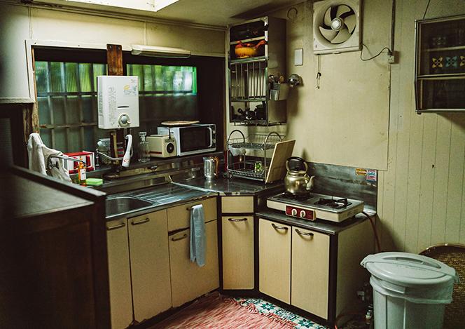 behind_kitchen